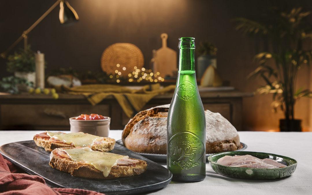 Tostas de lacón con queso tetilla y Alhambra Reserva 1925: la suma ideal para una cena con amigos