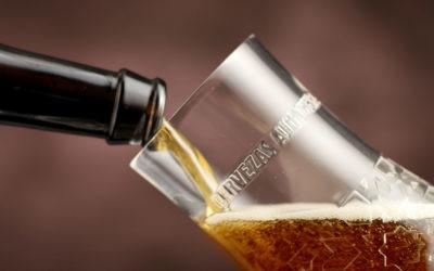 Por qué es mejor beber la cerveza en copa que de la botella y cómo servirla con arte