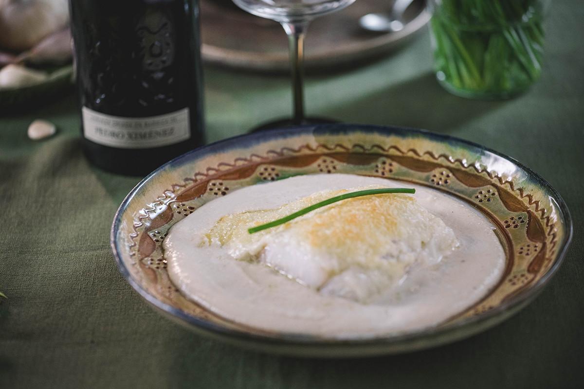 Bacalao gratinado sobre crema de ajoblanco