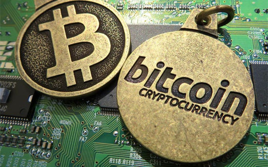 Monedas bitcoin sobre una placa base