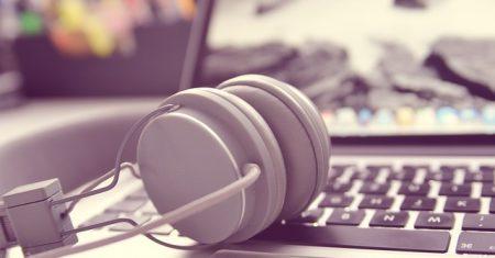 Cascos de música sobre el teclado de un portátil