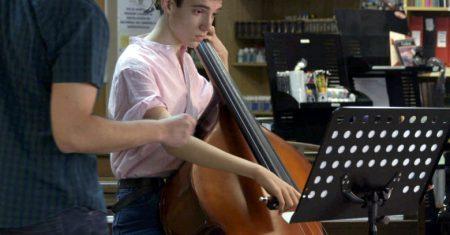 Fotograma del documental 'El solista de la orquesta' sobre un joven con autismo y oído absoluto