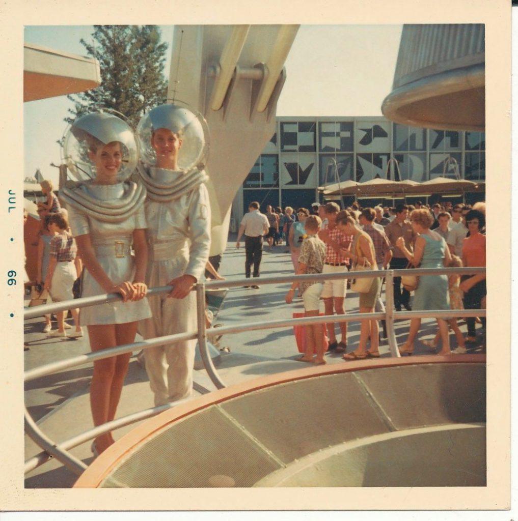 Pareja posando en Tomorrowland (1966)