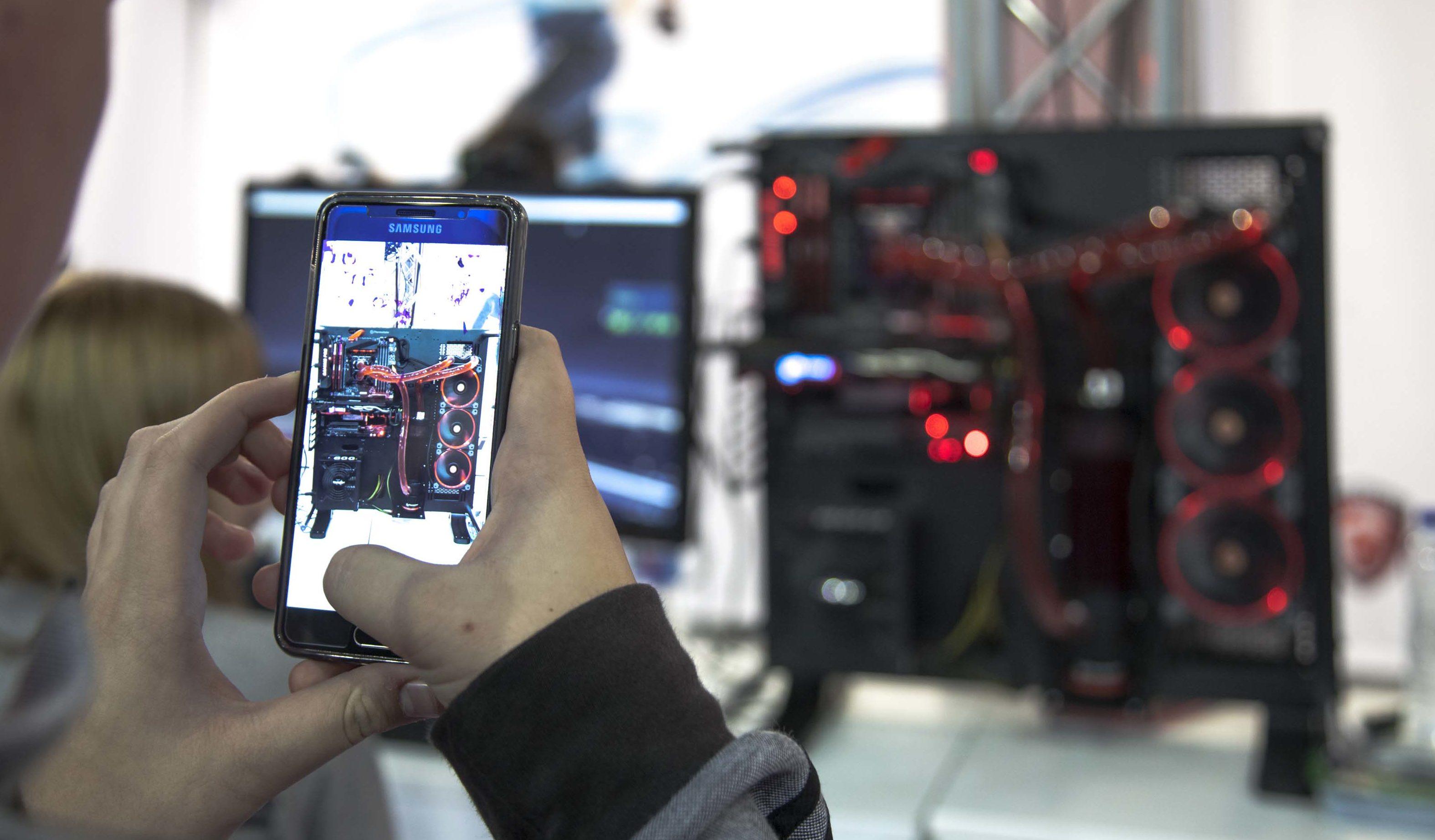 El PC no ha muerto. Tan solo se ha reubicado dentro de un panorama tecnológico en el que los portátiles son capaces de igualar en rendimiento a los PC de gamas medias y bajas de antaño. Pero si queremos el máximo rendimiento posible para mover, digamos, una aplicación de realidad virtual, el PC de sobremesa sigue siendo la opción lógica. Además, la estética ha evolucionado mucho, con diseños sumamente atractivos.