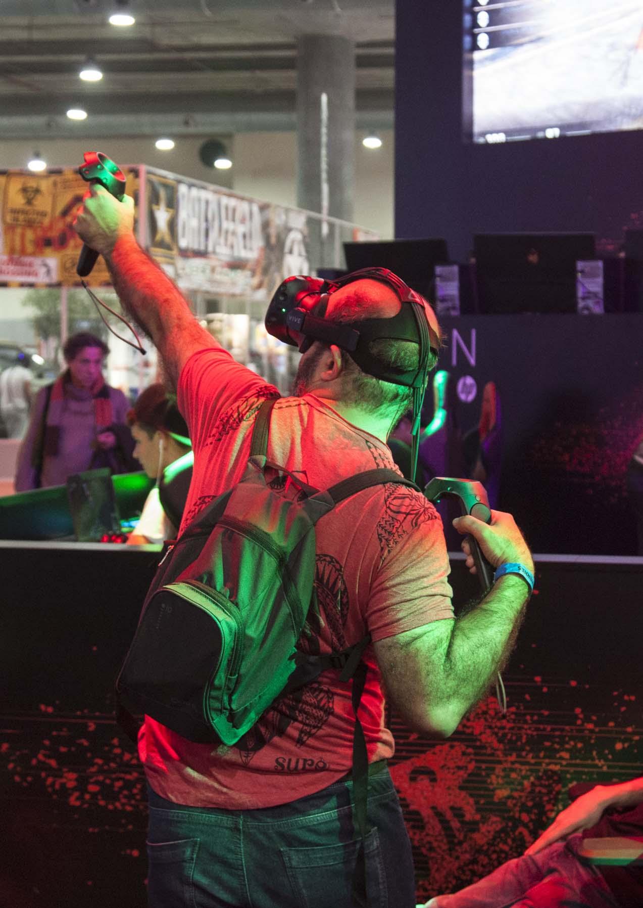 Las gafas Vive de HTC son posiblemente la mejor tecnología VR del momento. En la foto, un jugador usando el arco como arma. Como se puede ver, la pose es totalmente creíble, resultados de una notable recreación virtual de la experiencia real. Eso sí, se necesitan equipos de muy alto rendimiento. HP, con su gama OMEN, ofrece este tipo de equipos, al igual que Dell, ASUS, o Lenovo entre otros fabricantes.