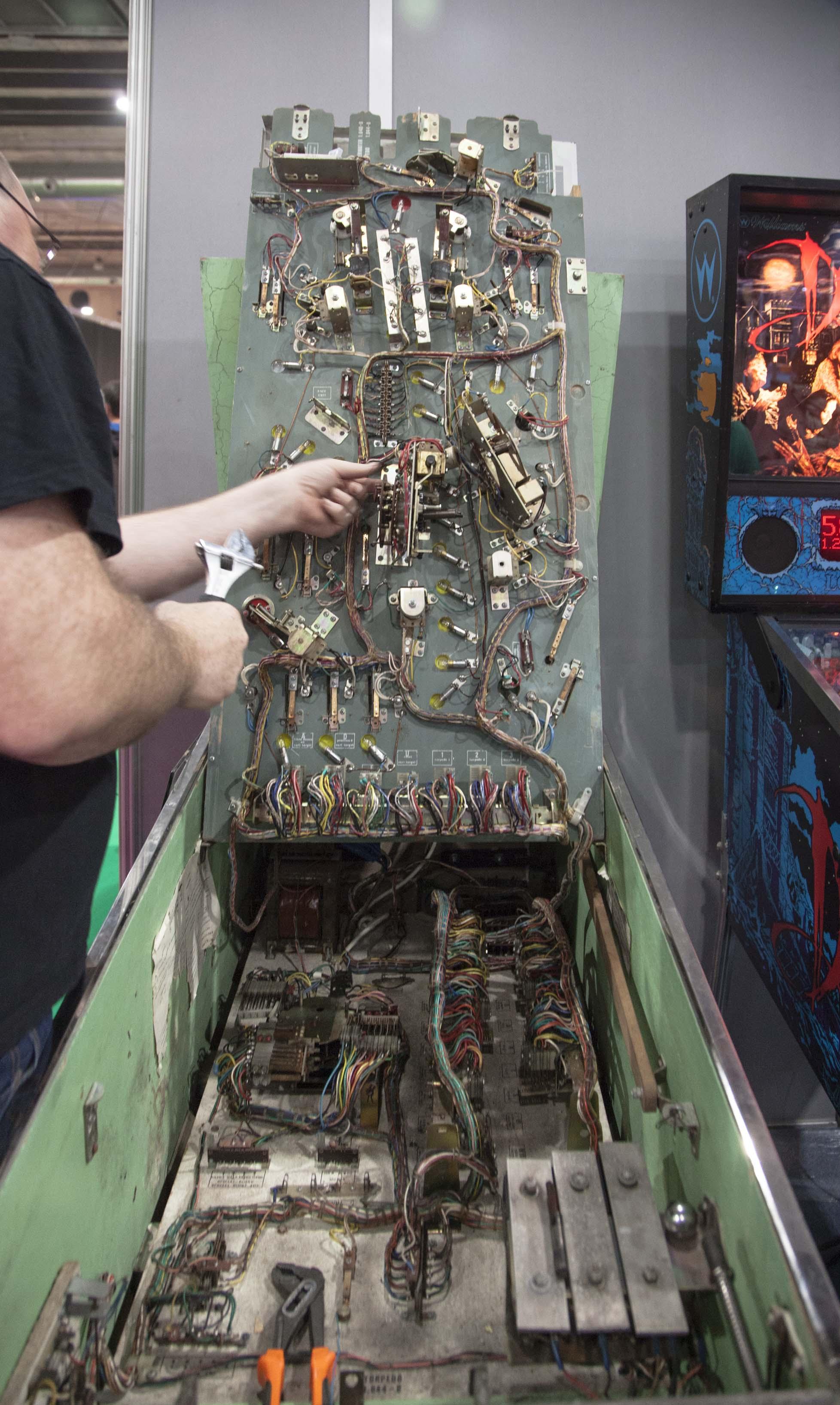 """Las """"tripas"""" de un pinball. Electrónica analógica pura. Y, con todo, sumamente adictivas y entretenidas. Toda una experiencia la de jugar en unas máquinas recreativas que fueron parte de la historia del ocio electrónico."""
