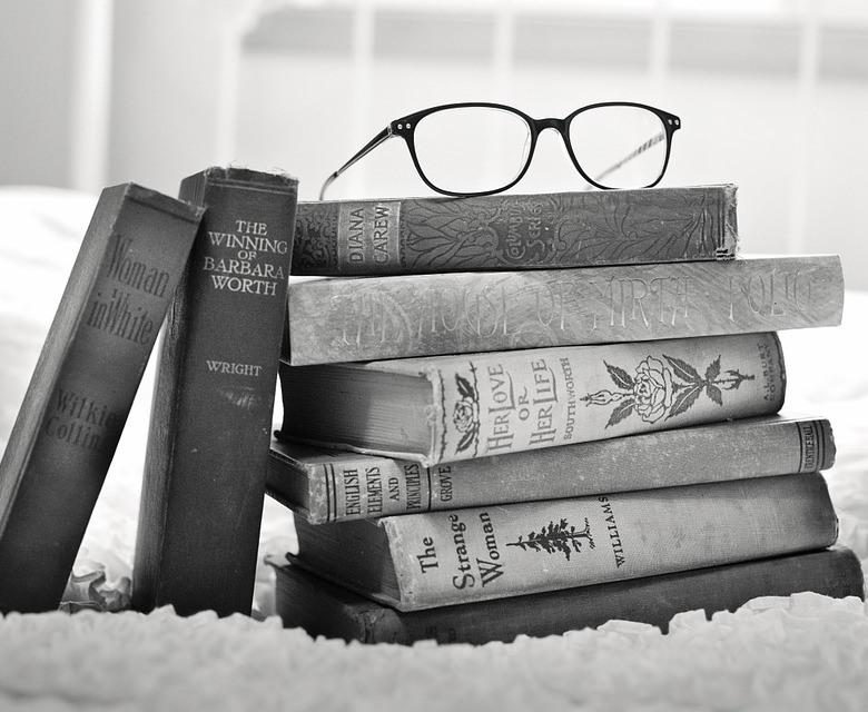 Unas gafas reposan sobre unos libros antiguos