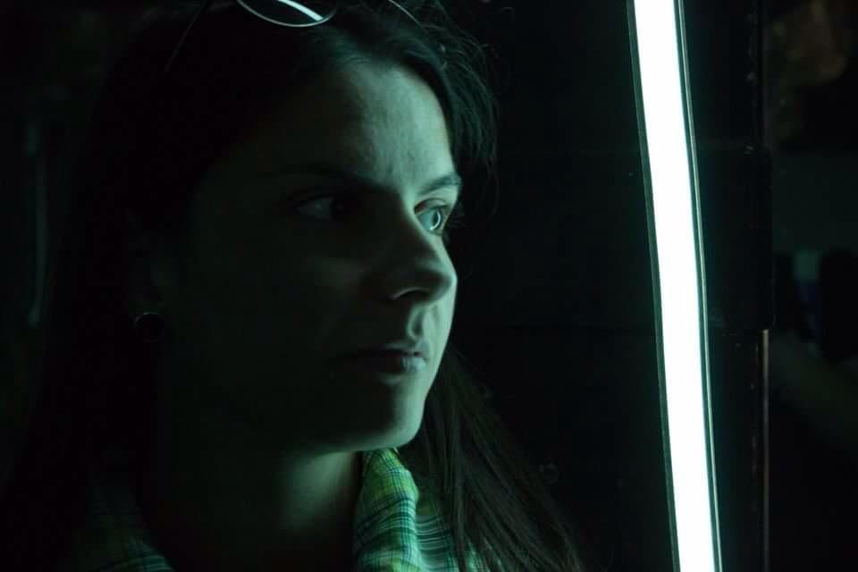 Una tira LED basta para iluminar un rostro en un entorno de oscuridad completa. Es similar al efecto que se consigue con la pantalla de un móvil.
