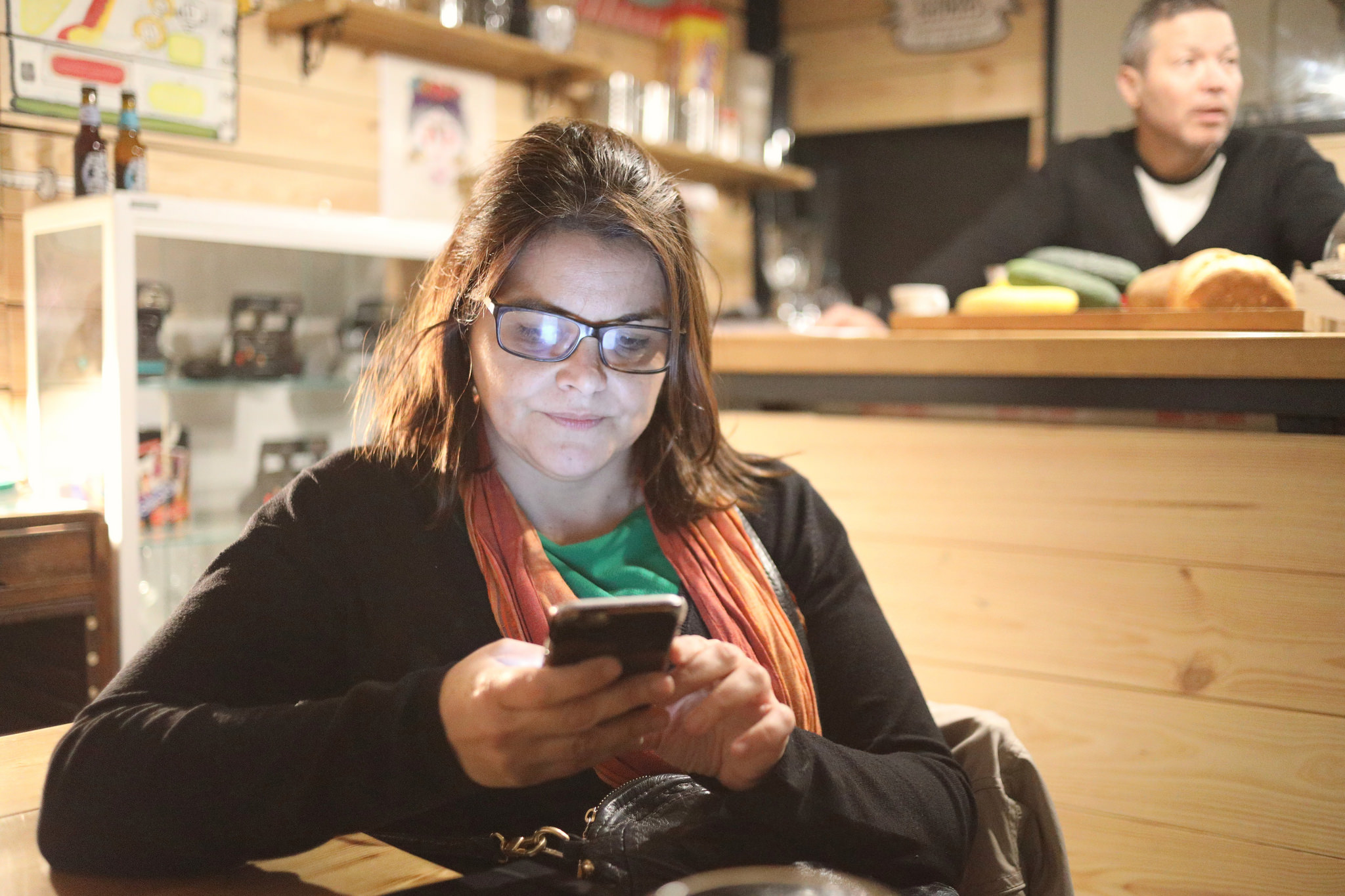 La pantalla de un móvil tiene suficiente intensidad como para iluminar un rostro en un momento dado.