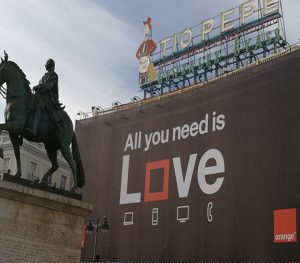 Cartel Love de Orange en la Puerta del Sol