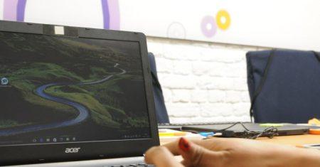Manos sobre un teclado en el aula digital de Fundación Orange en APRAMP