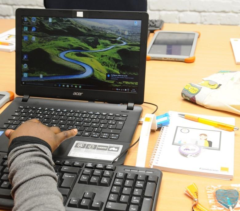 Detalle del aula digital de Fundación Orange en APRAMP