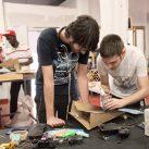 Jóvenes participantes del programa Breakers ensamblan piezas de un robot