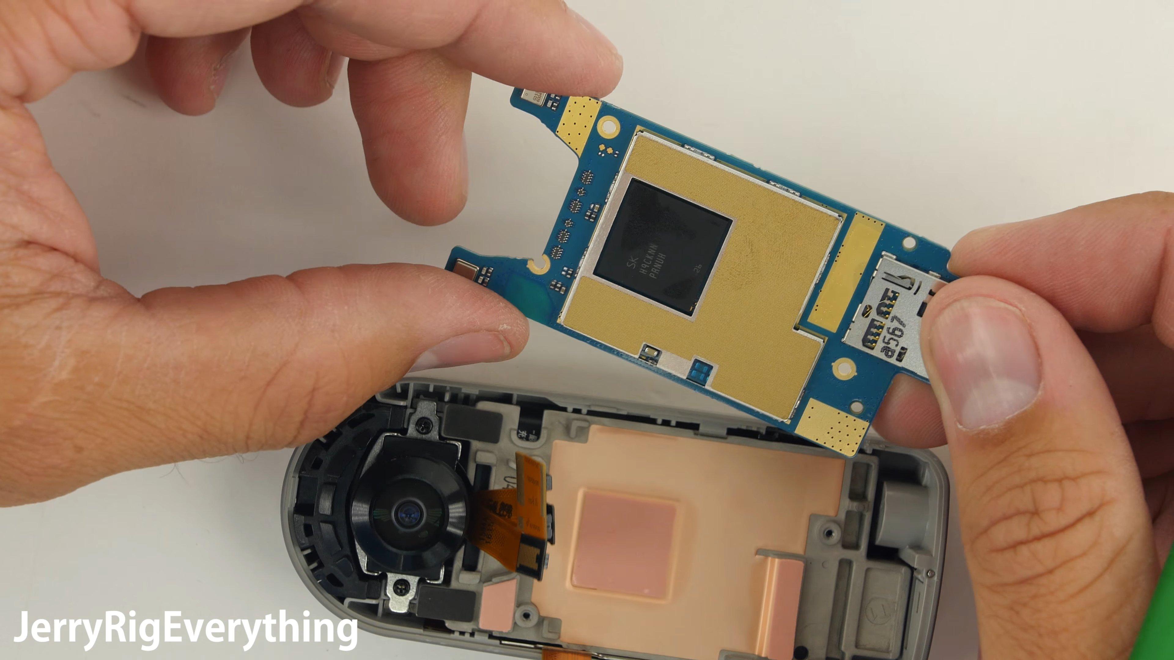 La memoria interna en la LG 360 CAM está integrada en un chip de la placa base como se ve en este despiece de iFixit.