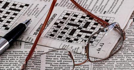 Artículo sobre posverdad. Periódico y crucigrama