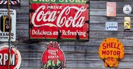 Publicidad programática. Imagen de anuncios en un muro