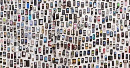 Liu Bolin, cubierto de teléfonos móviles