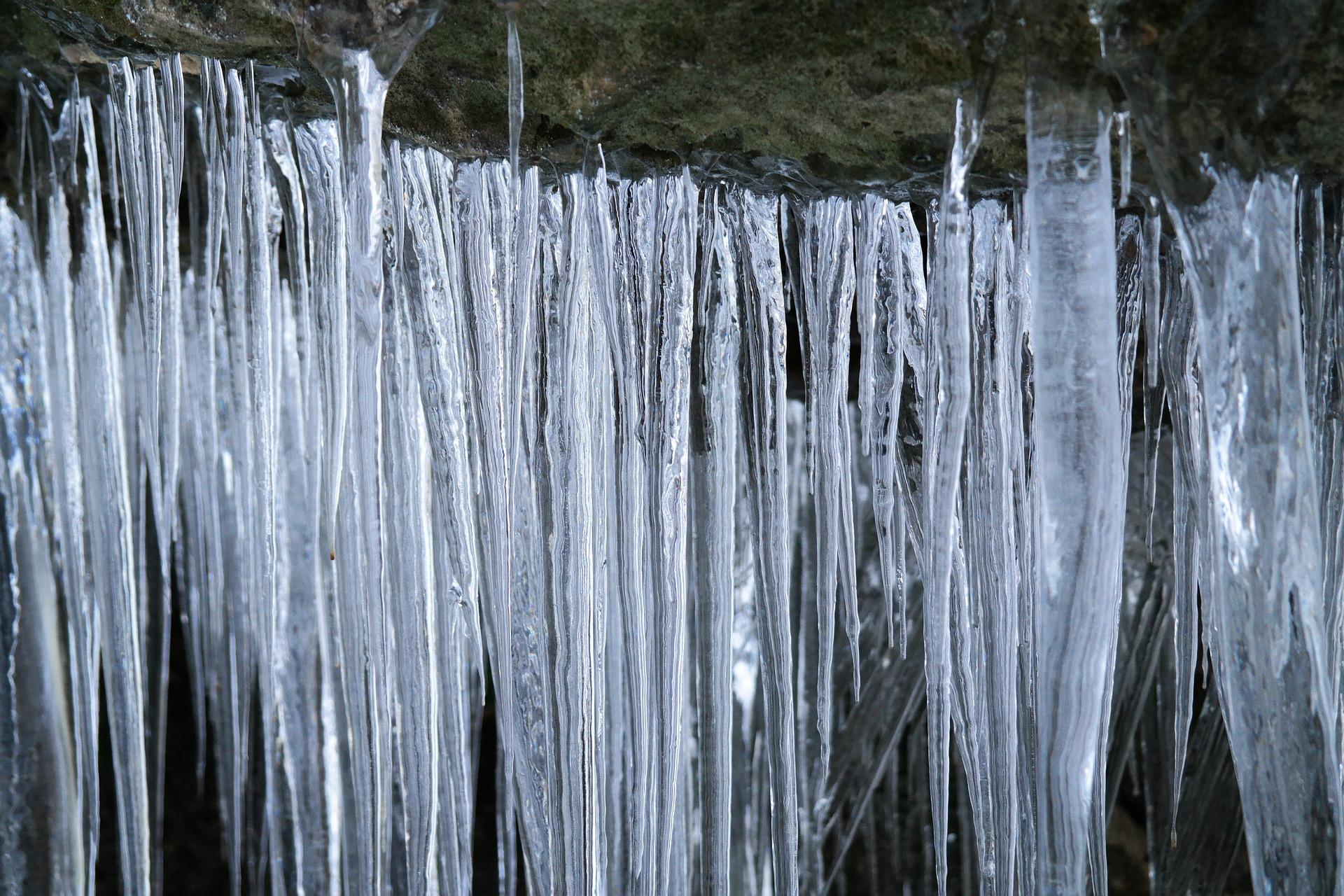 hielo creciendo estalactitas