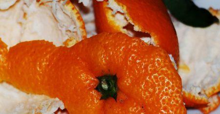 Cáscaras naranjas aguas contaminadas