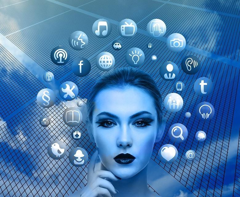 Cabeza de mujer rodeada de burbujas con iconos