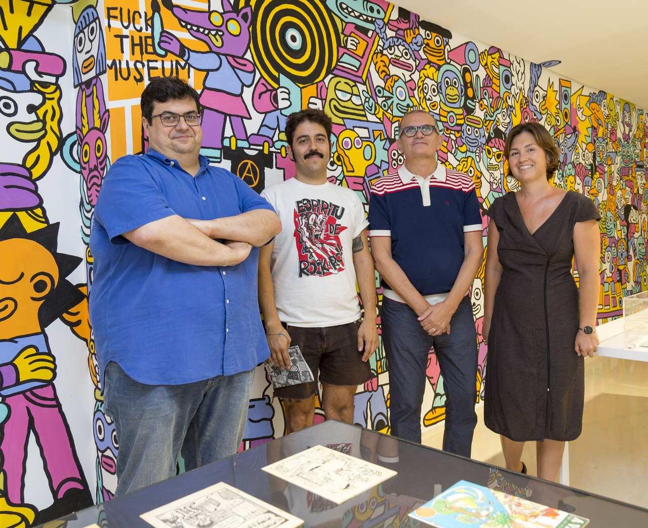 Álvaro Pons (primero por la izquierda) en la inauguración de la muestra documental 'Fanzination! Los fanzines de cómic en España'