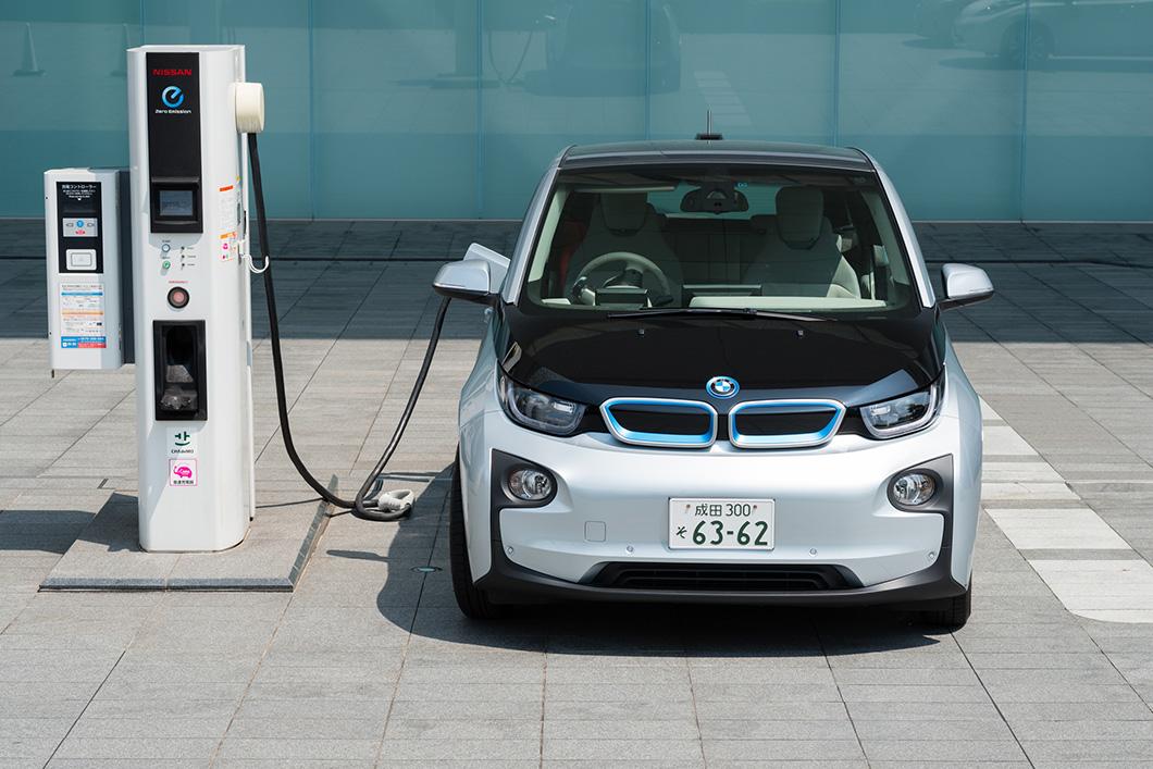 BMW eléctrico cargando batería