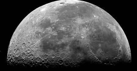 la Luna vista de lado y con media superficie en sombra