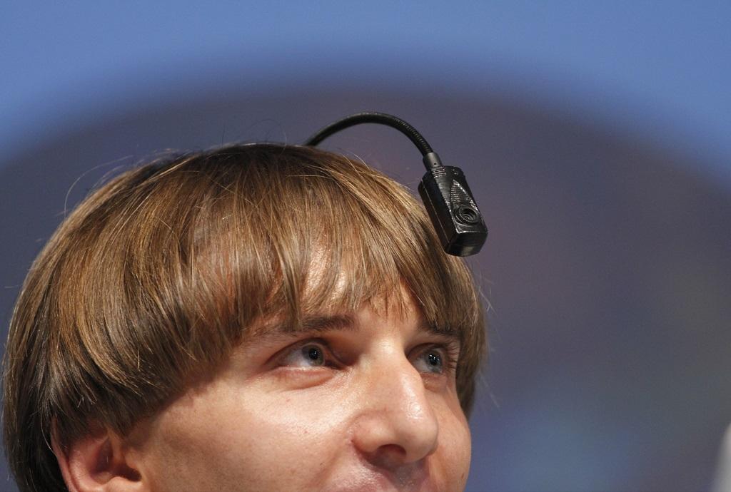 Neil Harbisson sonidos en su cabeza