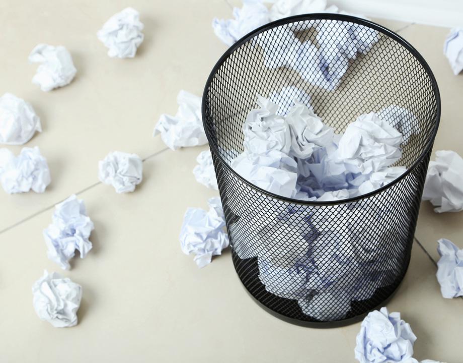 papelera con bolas de papel arrugadas