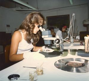 Proceso de fabricación de los discos en 1977. / NASA