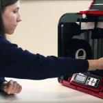 Joven alumna usando una impresora 3D