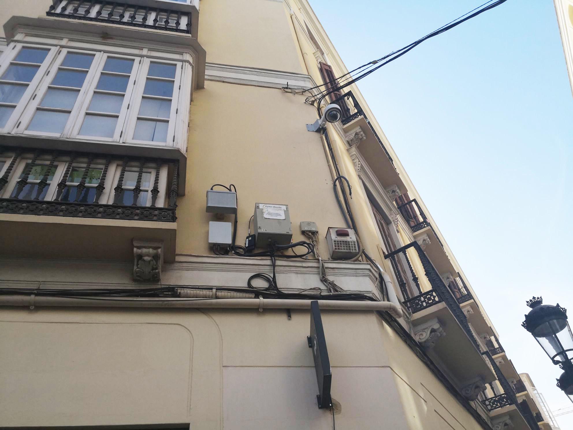 smal cell en una fachada