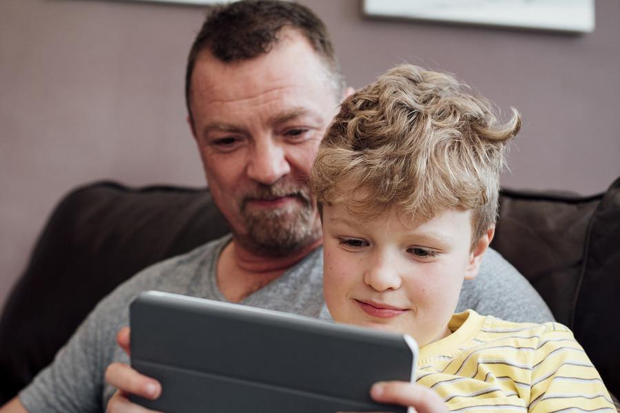 Padre e hijo con tablet