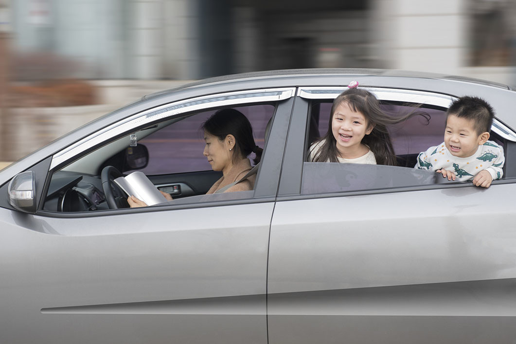 Los niños son los más proclives a sufrir mareo en el coche