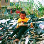 Niño en vertedero de Guiyu