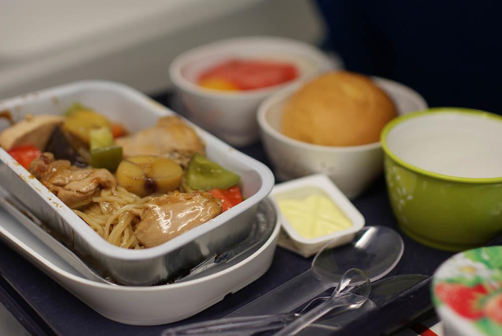 ¿Qué pasa en nuestro cuerpo cuando viajamos en avión? La comida nos parece más insípida