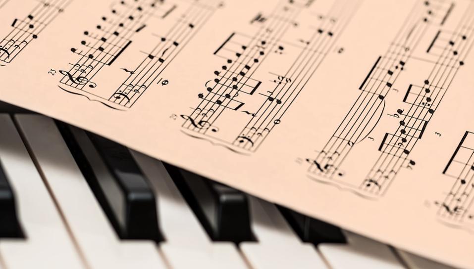 Partitura y piano_ oído absluto