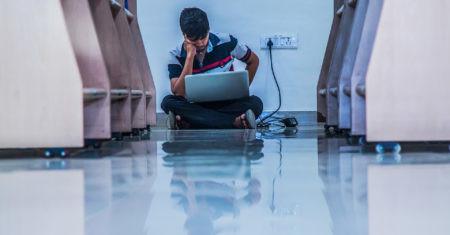 Adolescente con ordenador. Google y ciencia