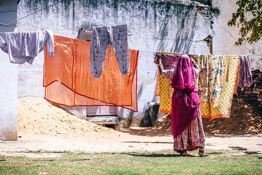 La máquina de hacer compresas con productos locales supone una solución importante para las mujeres de la India.