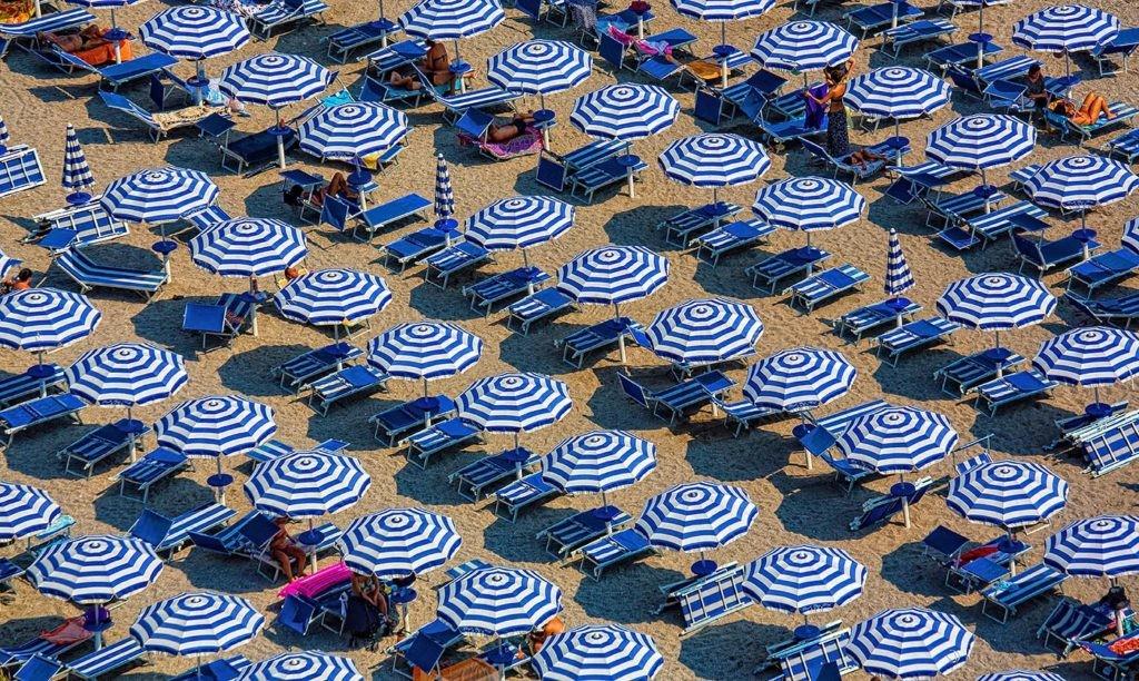 crema de sol en la playa