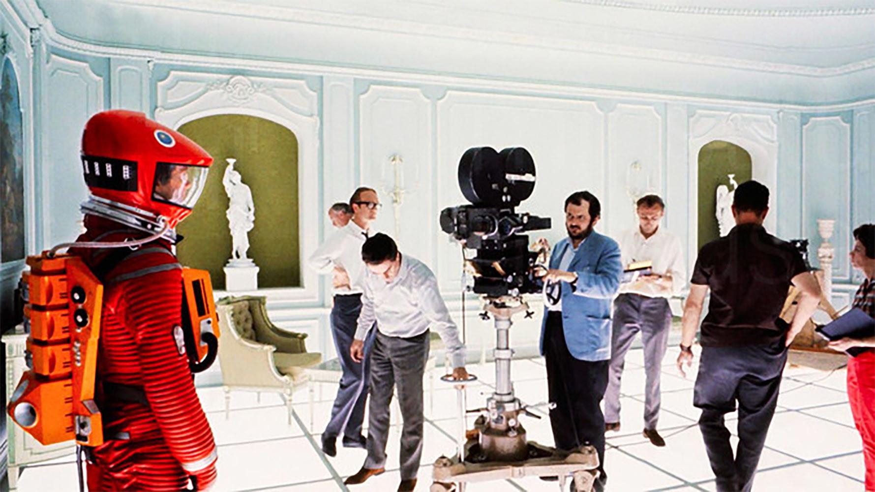 Stanley Kubrick, detrás de la cámara, dirige a Keir Dullea como el astronauta Dave Bowman en la secuencia final de 2001: Una odisea del espacio. / © Collection Christophel