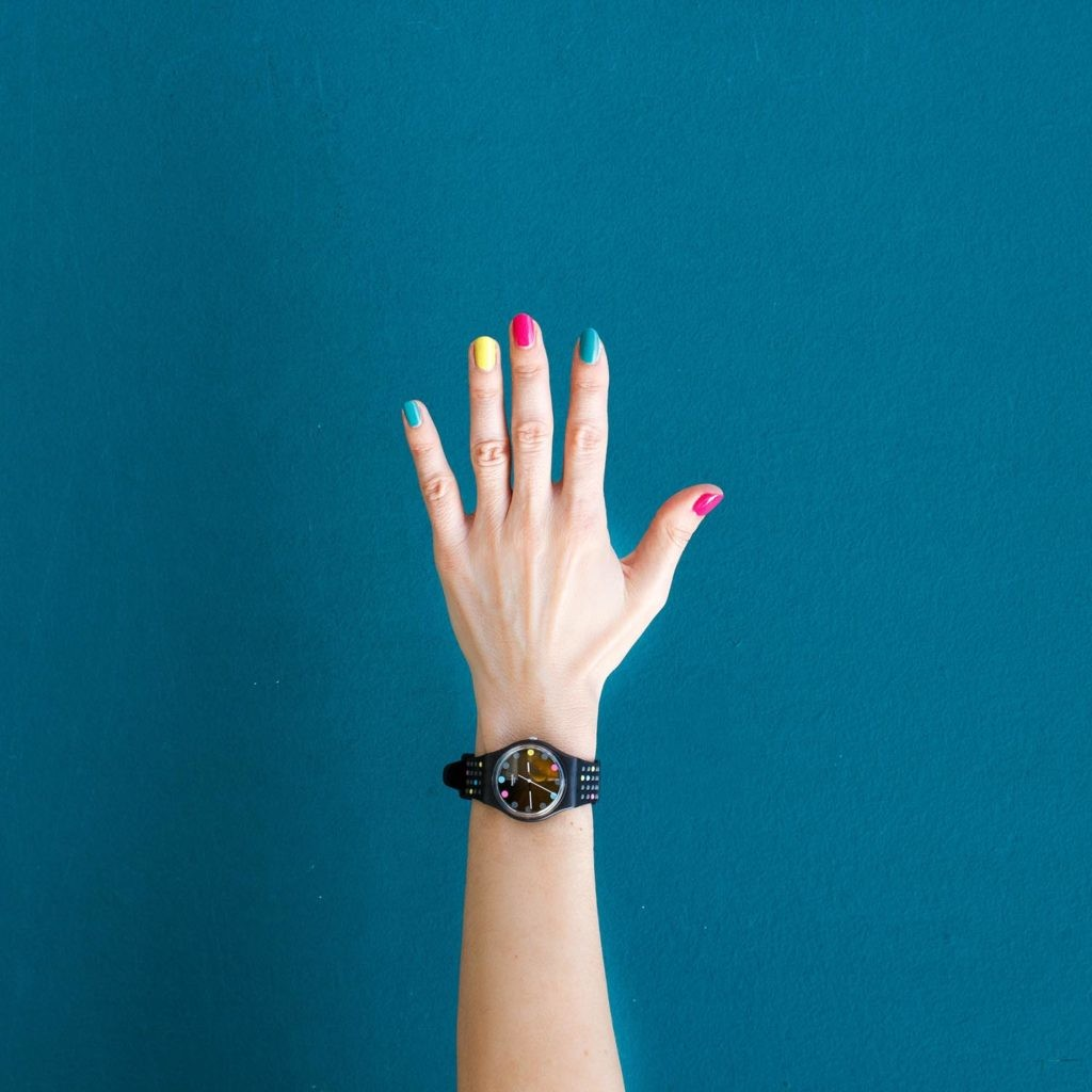reloj de pulsera dando la hora
