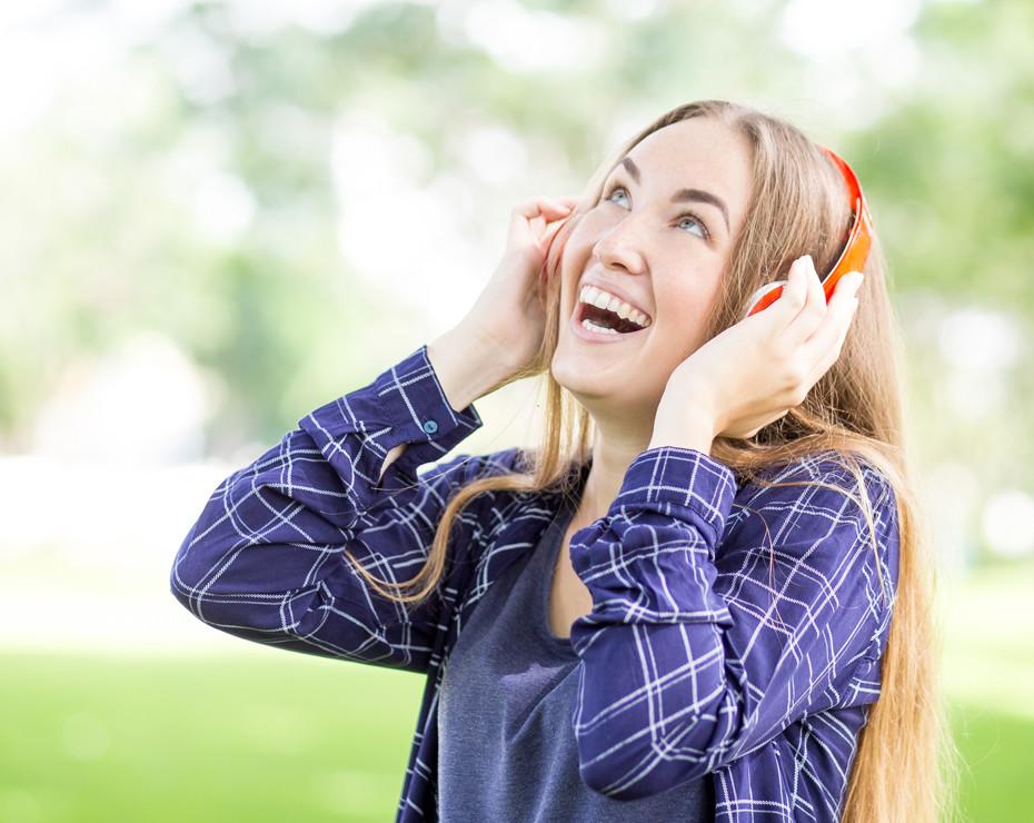 chica escuchando audiolibro