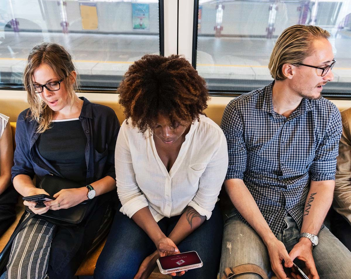 El término phubbing hace referencia al hecho de ignorar lo que nos rodea para centrarnos en el móvil.