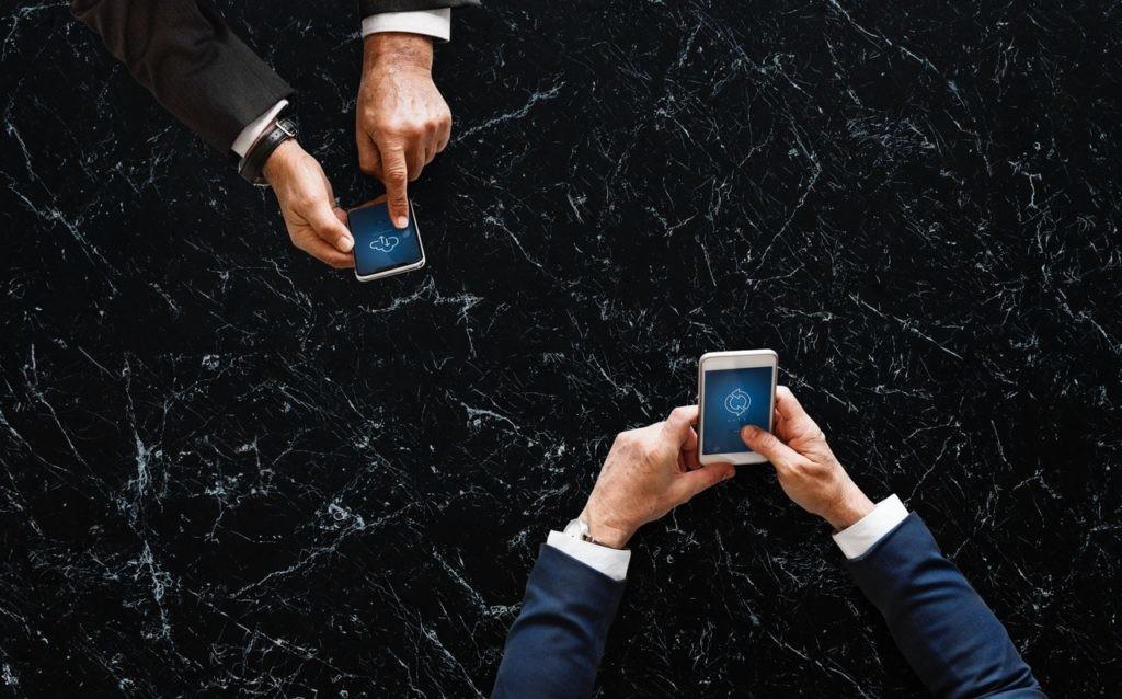 Clonar teléfonos permite transferir datos de un terminal a otro de forma automática.