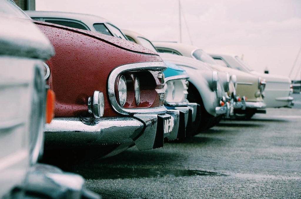 coches aparcados en los que no se ve la matrícula