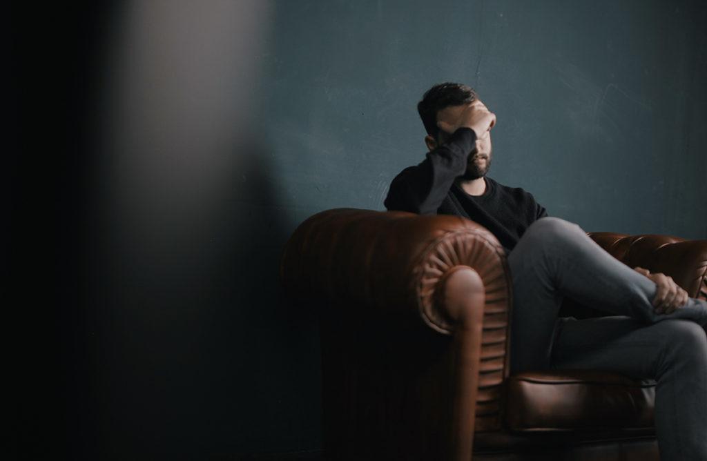 persona estresada por el uso excesivo de la tecnología