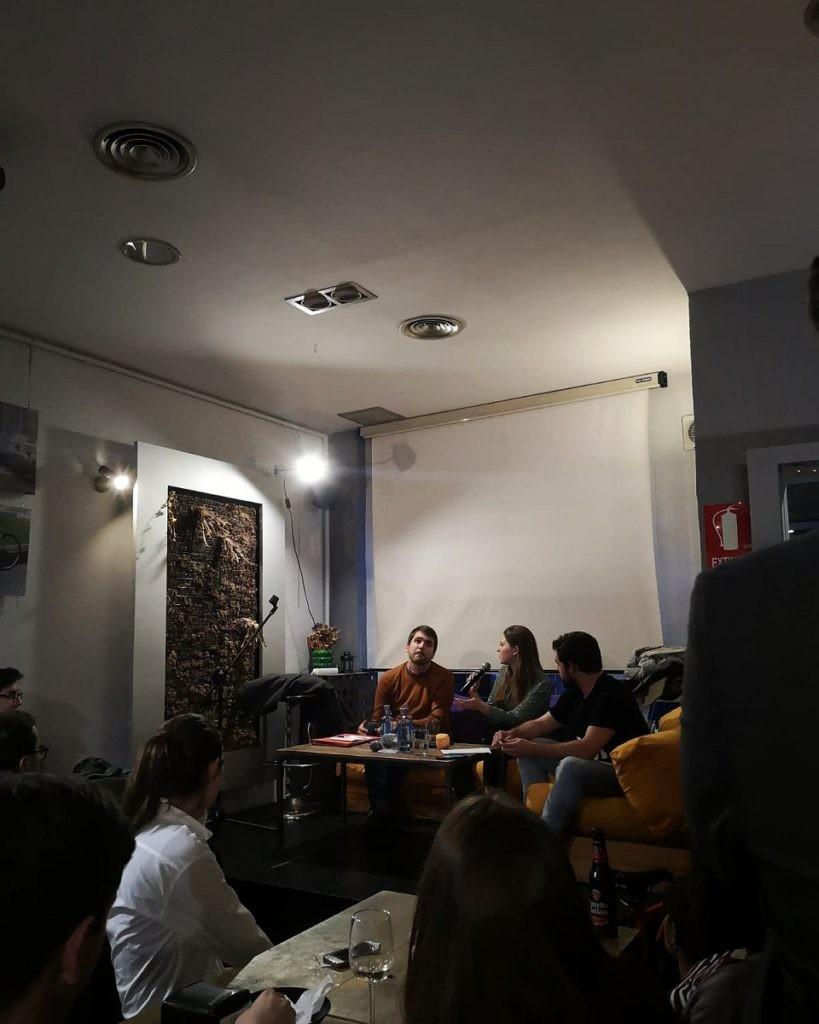 gente hablando de ciberseguridad con Andrea García