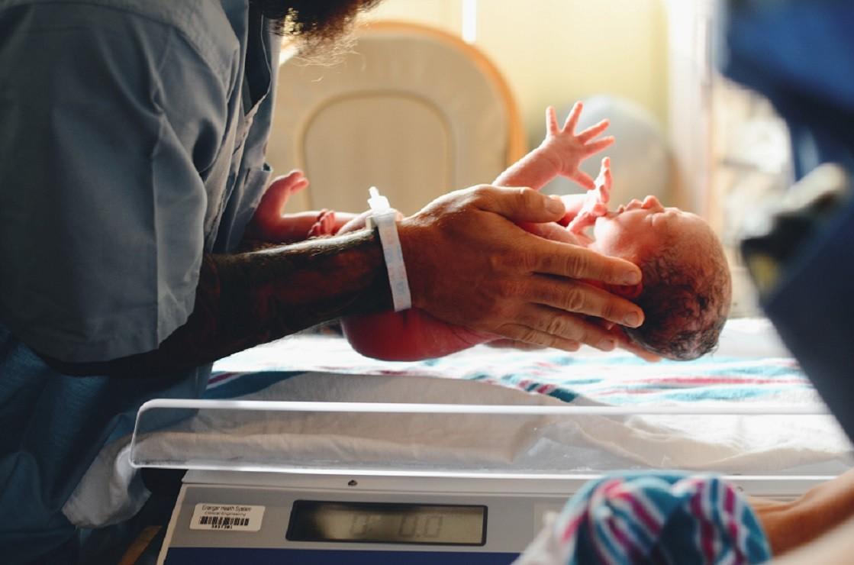 Los bebés prematuros nacen con poco peso