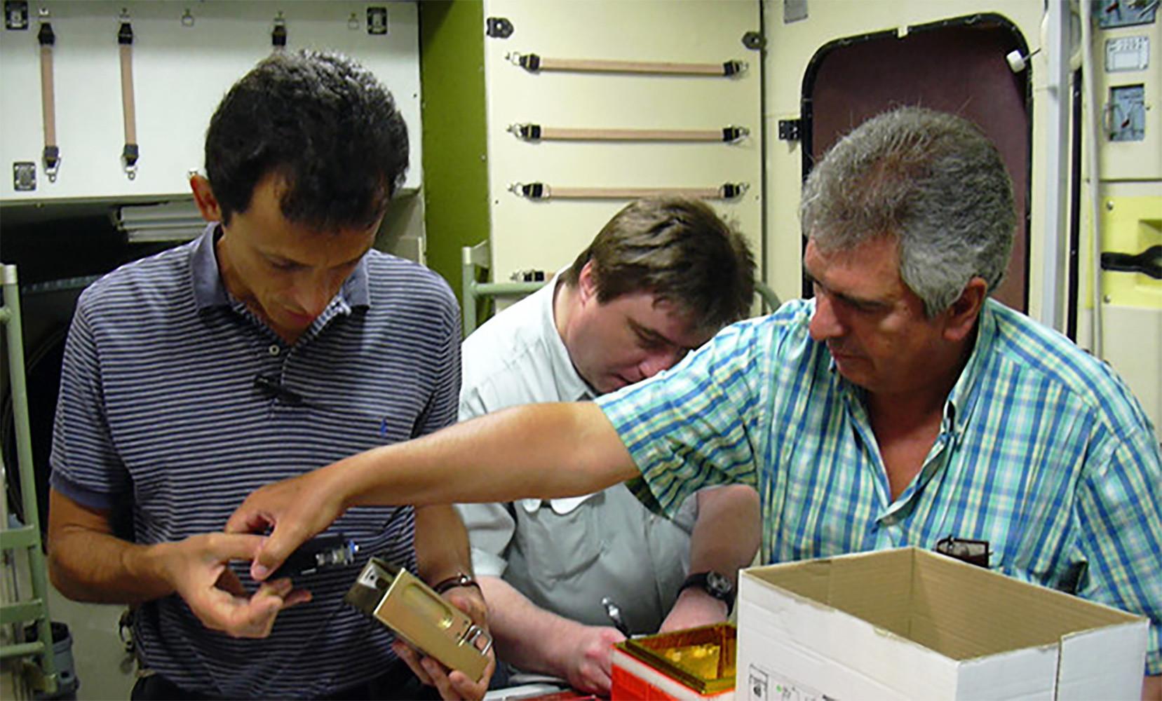 Pedro Duque y F. Javier Medina realizando pruebas de funcionamiento del dispositivo de germinación y cultivo de plántulas en la Star City de Moscú en 2003.
